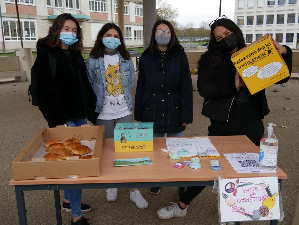 Les élèves se succèdent pour vendre leurs produits.